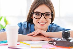 Disabili DOC – Ragazza con occhiali di professione writer