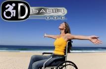 Disabili DOC – Splendida ragazza in carrozzina che a braccia aperte prende un bagno di sole sulla spiaggia