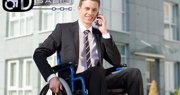 Disabili DOC – Ragazzo in carrozzina che parla al cellulare