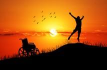 Disabili DOC – Protagonisti: un Disabile liberatosi dalla carrozzina esulta al tramonto