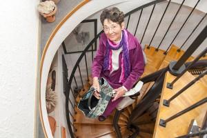 Disabile DOC – Thyssen Krupp Encasa, Life in motion. L'immagine mostra la Signora Marga Schüler mentre scende le scale comodamente seduta, l'indipendenza è qualità di vita.
