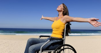 Disabili DOC – Ragazza Disabile al mare sulla spiaggia