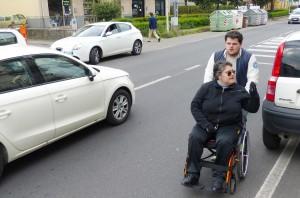 Disabili DOC – Sowmya Sofia Riccaboni mentre sta osservando strutture e percorsi da valutare come accessibili