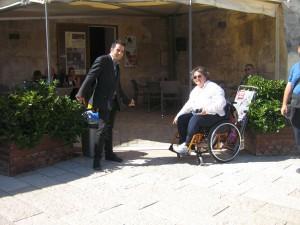 Disabili DOC – Sowmya Sofia Riccaboni all'ingresso di una struttura che verrà valutata dallo staff di Viaggiare Disabili