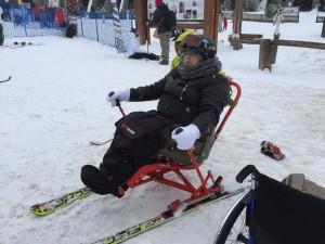 Disabili DOC – Sowmya Sofia Riccaboni sulle nevi di Bardonecchia mentre si avvia a sciare in compagnia di Dario Capelli del circolo Viaggiare Disabili di Bardonecchia