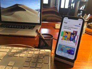 Disabili DOC – Parte della postazione di lavori di Carlo Filippo Follis, in primo piano c'è l'iPhone X