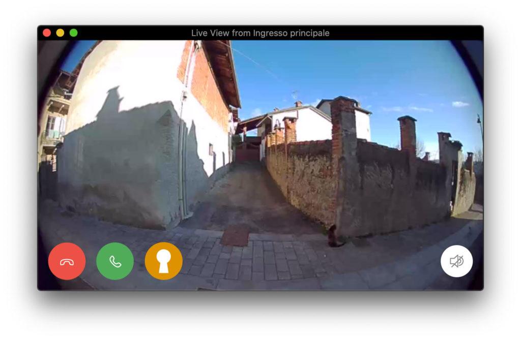 Disabili DOC – La finestra della videocamera alla quale è stato aggiunto un pulsante per l'apri porta