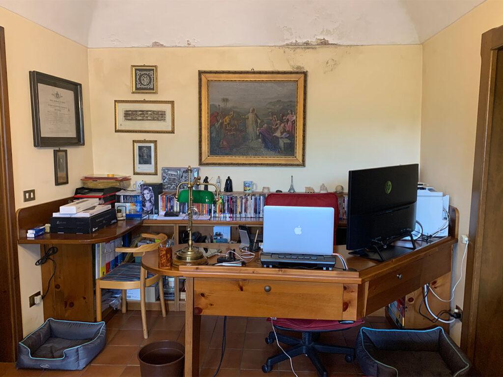 Disabili DOC – Dettaglio del D-Setup, vista frontale e totale della scrivania/libreria