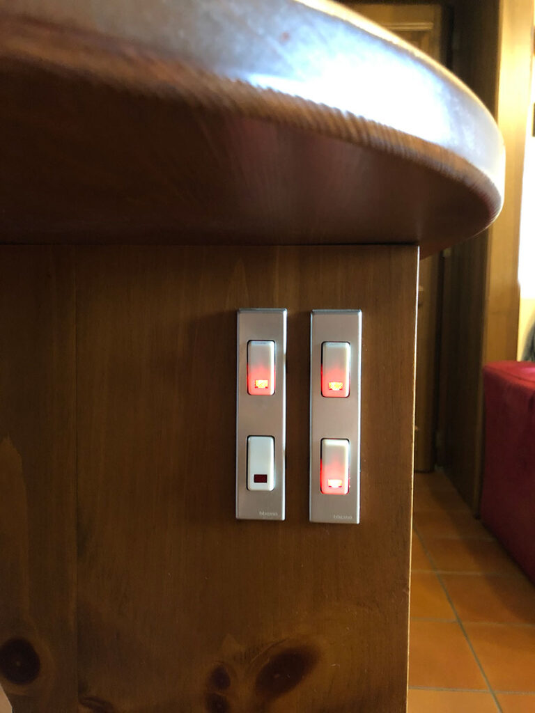 """Disabili DOC – Dettaglio del D-Setup, 4 interruttori luminosi come fonte di """"autonomia"""""""