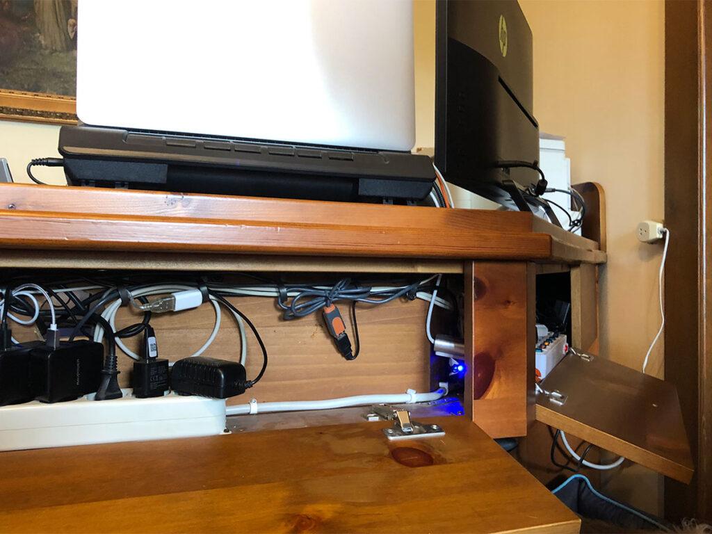 Disabili DOC – Dettaglio del D-Setup, è ben visibile il vano angolato che corre lungo tutto il fronte scrivania