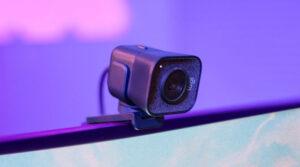 """Disabili DOC – """"Speciale Logitech StreamCam"""" – L'immagine mostra la StreamCam montata su un monitor"""