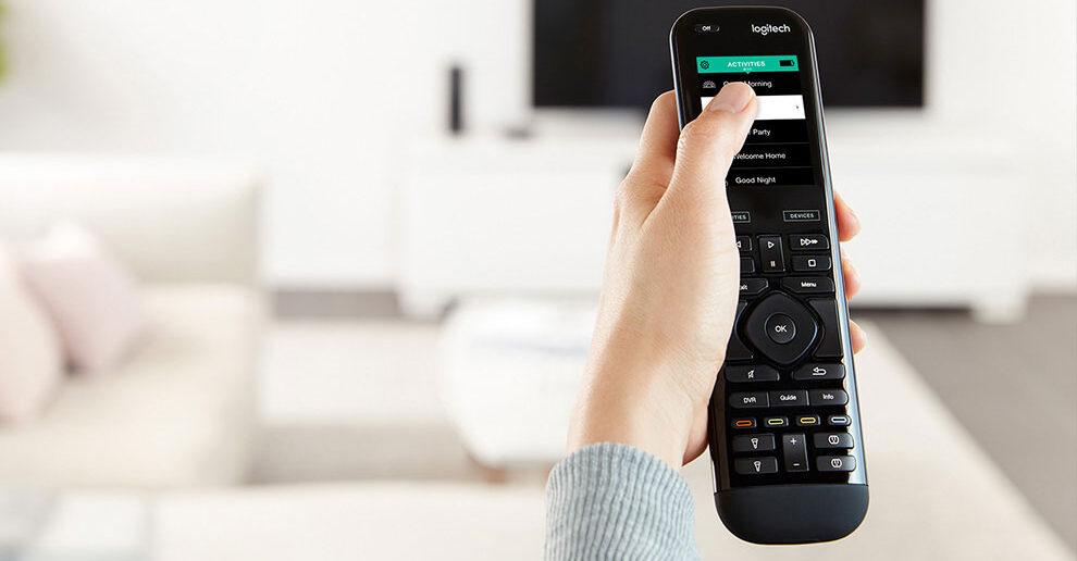 """Disabili DOC – """"Speciale Logitech Harmony Elite"""" – L'immagine mostra il telecomando universale Harmony Elite nelle mani di un utente"""