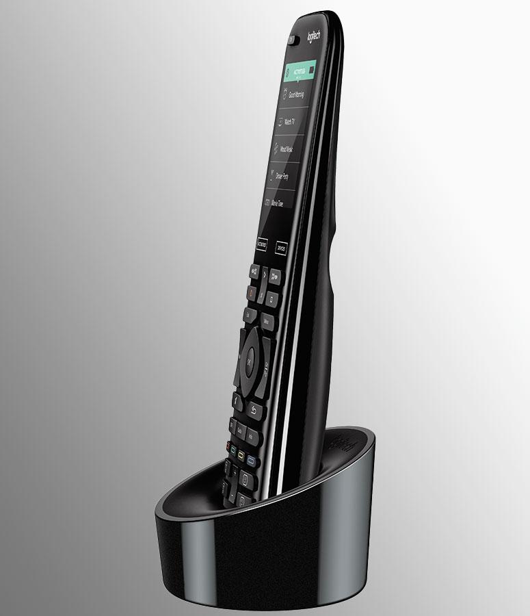 """Disabili DOC – """"Speciale Logitech Harmony Elite"""" – L'immagine mostra il telecomando posto nella sua base di ricarica che lo mantiene verticale"""