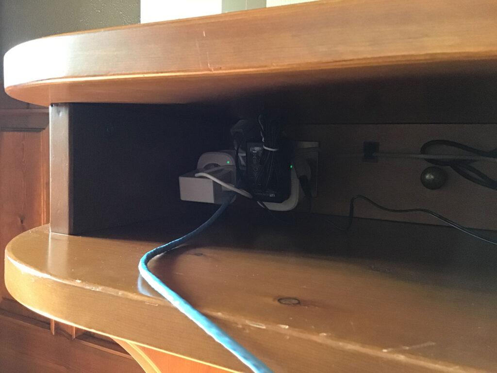 Disabili DOC – Mobile TV parte 2ª – L'immagine mostra due VP3 di VOCOlinc usate per alimentare l'antenna Wi-Fi e il nodo principale della rete Mesh creata con 3 basi Nova MW6 di Tenda Technology