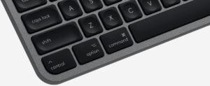 """Disabili DOC – """"Speciale Logitech MX Keys"""" – L'immagine mostra la tastiera """"per Mac"""" e mette in evidenza i tasti Control, Option e Command che appartengono alla """"stile"""" Apple Mac"""