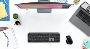 """Disabili DOC – """"Speciale Logitech MX Keys"""" – L'immagine mostra la tastiera vista dall'alto e inserita in un setup completo di iMac e MacBook Pro"""