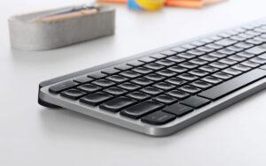"""Disabili DOC – """"Speciale Logitech MX Keys"""" – L'immagine mostra l'elegante profilo in alluminio proposto in Grigio Siderale che ben si associa al nero opaco delle parti in plastica"""