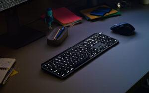 """Disabili DOC – """"Speciale Logitech MX Keys"""" – L'immagine mostra un setup in """"notturna"""""""
