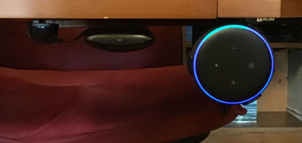 Disabili DOC – L'immagine mostra dove è stato ricollocato l'Echo Dot che ora si trova sotto la scrivania – fronte salotto – accanto al BroadLink RM4 Pro che a sua volta è affiancato da un emettitore di raggi IR estensione dell'Hub Wi-Fi dell'Harmony Elite