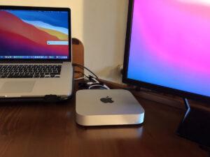 """Disabili DOC – L'immagine mostra il Mac mini M1 del 2020 ormai inserito nel D-Setup accanto al MacBook Pro 15"""" rilasciato a metà 2015"""