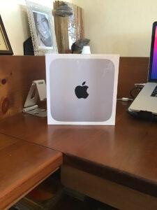 Disabili DOC – L'immagine mostra il Mac mini M1 del 2020 ancora nella confezione