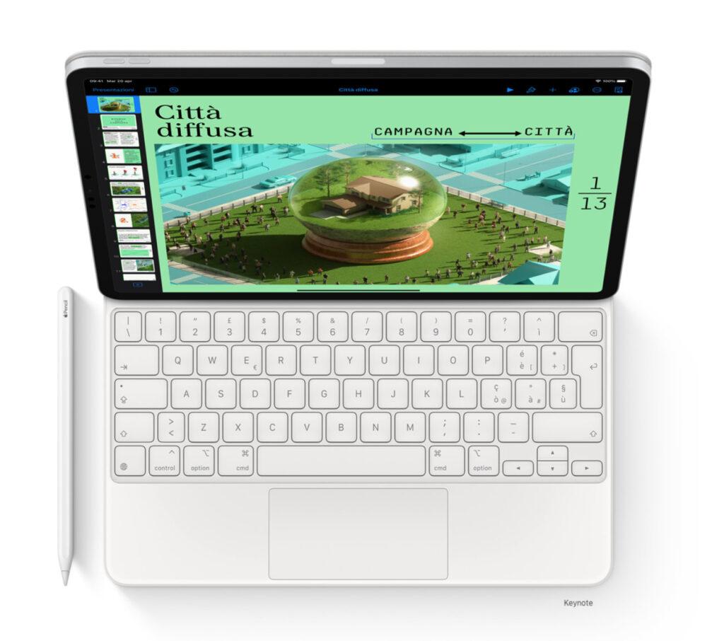 Disabili DOC – L'immagine mostra la Magic Keyboard 2021 che da quest'anno è disponibile anche in color bianco