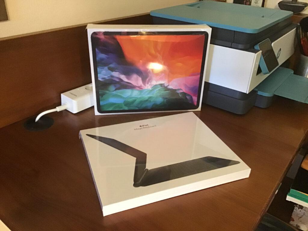 """Disabili DOC – L'immagine mostra l'iPad Pro 12,9"""" 2020 e la Magic Keyboard prima dello spacchettamento"""